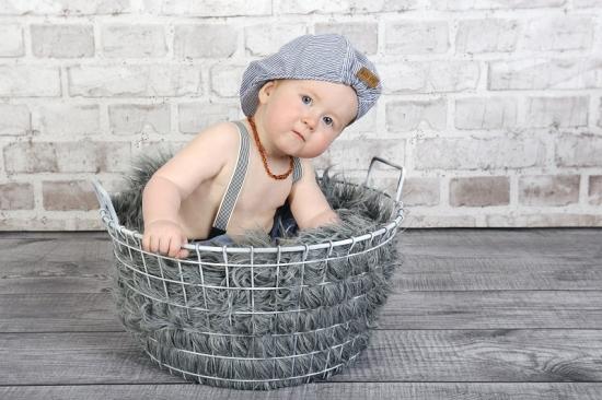 Babyfoto in einem Korb mit Fell