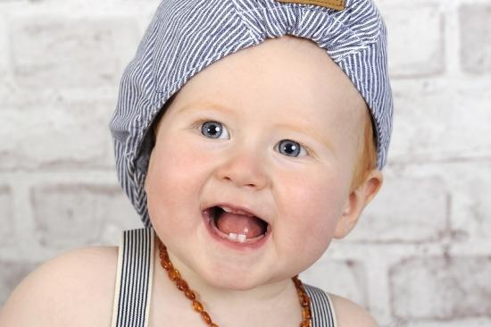Lachendes Baby mit Mütze