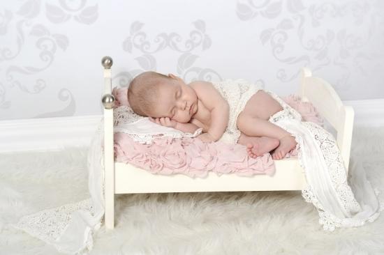 Babyfotografie eines Neugeborenen aus Schwyz in kleinem Bettchen