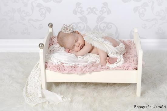 Neugeborenes aus Schwyz schläft in einem kleinen Bettchen